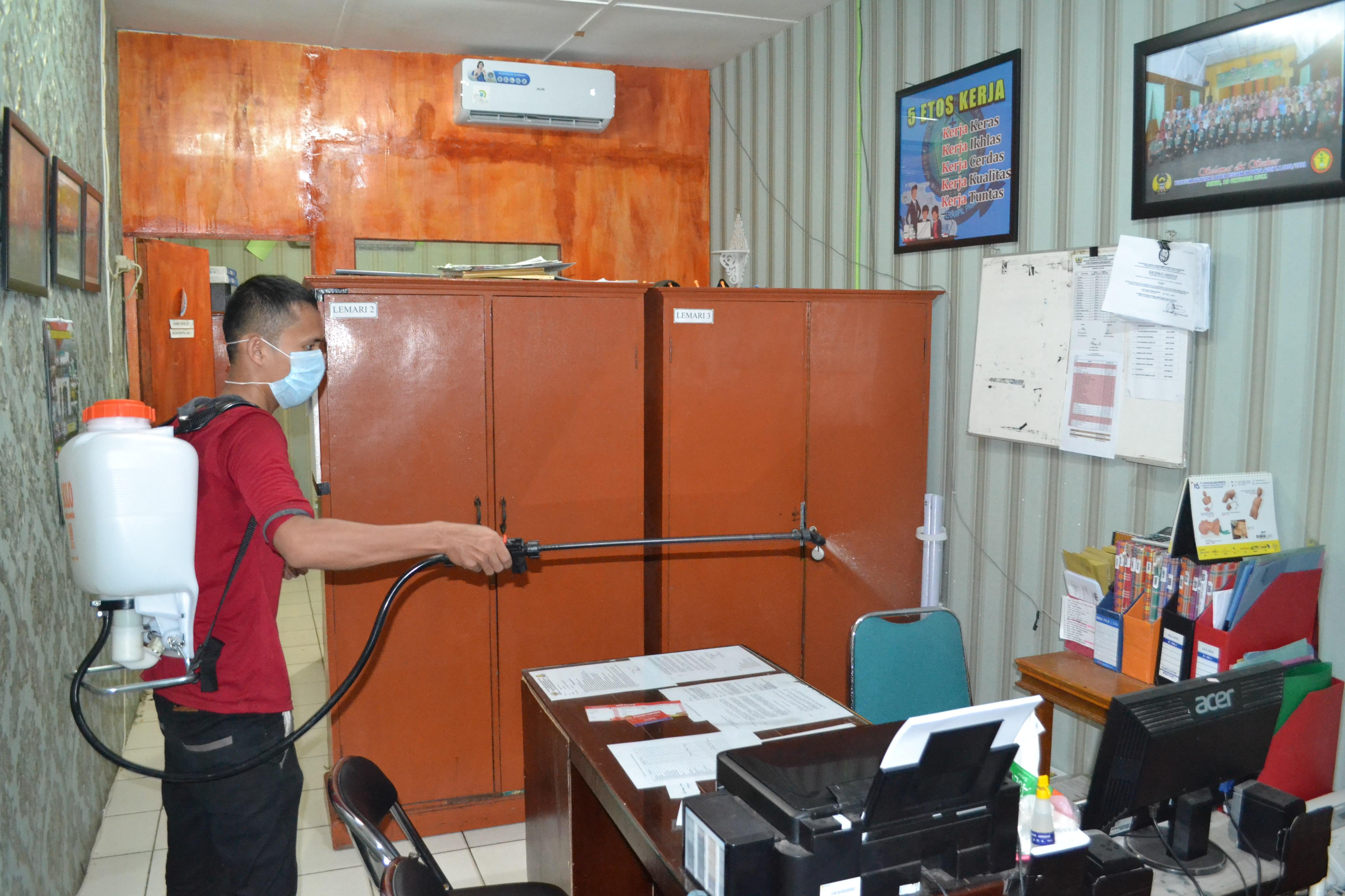 Cegah Covid-19, Akper Kesdam IM Banda Aceh Lakukan Penyemprotan Cairan Disinfektan